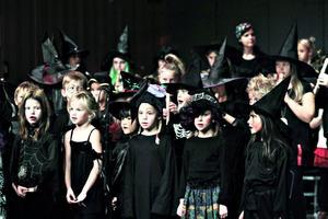 Häxor, skelett och en och annan spindel fanns på scenen när Kulturskolan bjöd på monsterkonsert.