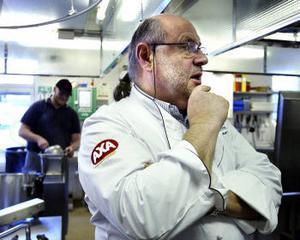 Stjärnkocken Kurt Weid besöker Anemonens produktionskök.