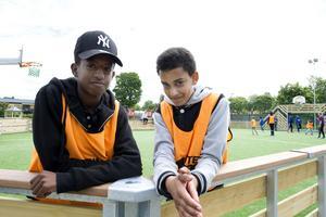 Rami Saleh och Samir Jemal tycker om att spela fotboll.