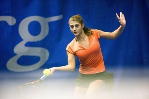 Svenskan Julita Saner från Västerås kom helt fel in i sin åttondelsfinal mot Evelyne Tiron. 1–6, 1–6 slutade mötet.