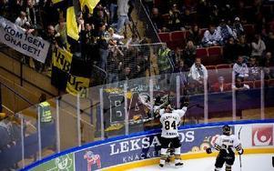 Säkerhetsansvarige på Tegera Arena beklagar stöket i matchen mot AIK i lördags, då bortaklacken bland annat spottade på publiken. Foto: Johan Solum/DT