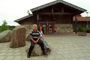 Tidningarna skrev i juni 2000 att bland annat poliser åt billigare på Hagsta krog. Bo Stenbäck, då ägare till Hagsta krog, och personalchefen Lena Wigren, tyckte det var självklart att ge stamgäster rabatt.