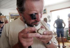 I sina unga dagar var Pawel Kaluzka urmakare Polen. Nu är han i Sverige och jobbar över sommaren och passar då på att titta noga på Ivar Brobergs fickurssamling.