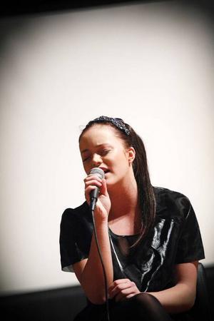 Matilda Melin sjöng två låtar under söndagens adventskonsert i Stora kyrkan.