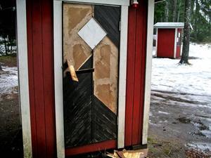 SÖNDER. Kuren vid Näsbodaspåret har fått brädor bortslitna. Ordförande i Korpen, Rolf Palmgren, tror att någon vill skada föreningen.