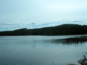 Vindkraftverk. Så här kan Hedboberget se ut om några år, sett från badplatsen i Dalfors. Fotomontage: VINDKOMPANIET.