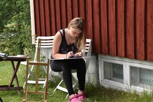 Fullt fokus på uppgiften. På fredag, under kursens sista dag, håller barnen utställning på gården.