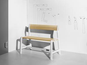 En liten bänk. Designad av danska Hay.