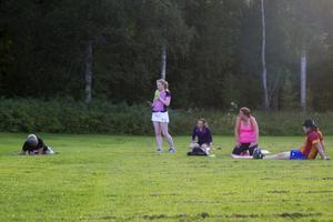 På fotbollsplanen i Stråtjära ljuder musik högt under torsdagar och söndagar när tabata tränas.