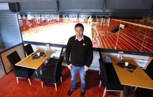 SER FRAMÅT. Mattias Lundqvist är ny restaurangchef i Läkerol Arena. Efter förra årets strid om alkoholtillståndet ser han fram emot att kunna lägga fokus på matserveringen under kommande vinter.Foto: Lasse Halvarsson