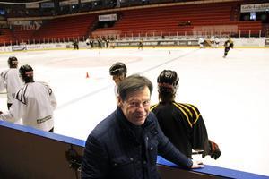 Tord Lundström känner igen övningarna som Brynäsjuniorerna gör på isen.