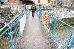 """Vandaliserad bro. Konstverket """"Bro"""" av Ann Sidén kan knappt skönjas bakom lagningarna.Foto: Anders Erkman"""