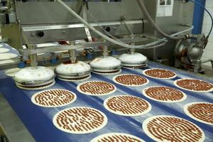 Tomatsås från Spanien och Italien läggs på innan pizzabottnarna åker in i stenugnen
