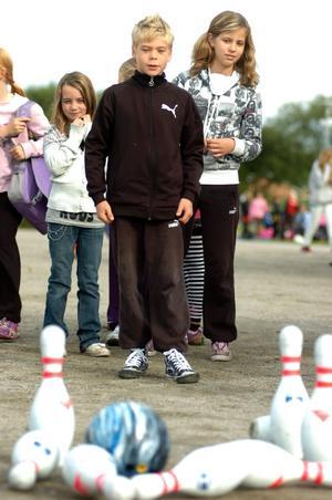 Vid BK Mercis station kunde barnen välja mellan riktiga klot eller att bowla digitalt. Adam Lukacs och Wilma Olsson i Kumlabyskolas 4-5:a valde det riktiga klotet. - Jag tror vi fick ner åtta-nio käglor tillsammans, sa de och vandrade vidare mot fäktningen.l