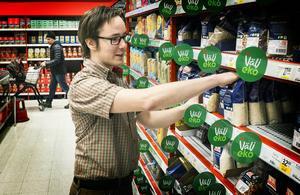En nöjd Andreas Söderström packar upp varor på länets billigaste matvarubutik Maxi ICA Stormarknad i Östersund.