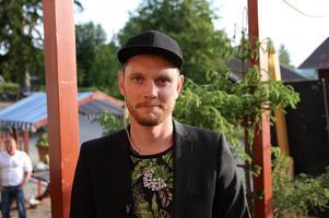 Emil Westlund, producent för föreställningen. Han tycker att det är jättefint att så många kommit för att se föreställningen. Det är ett tecken på att vi behövs och det motiveras oss, säger han.