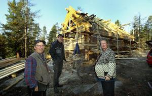 Snickaren Bertil Carlsson och Torbjörn och Gunilla Wikström är mer än nöjda med den nya Tallstugan. Men än återstår en hel del arbete innan stugan är klar för invigning.