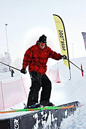 TRIXAR MER ÄN GÄRNA. Adrian Sjöstrand har stått på skidor sedan barnsben och tillbringar all ledig tid i Kungsbergets snow park. Foto: Privat