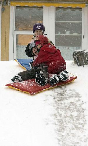 Elin, Stina och Maja, 7, åker madrass och leker i snön.