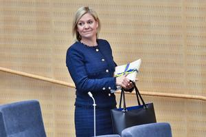 Finansminister Magdalena Andersson (S) kommer till riksdagens plenisal med vårbudgeten för budgetdebatten.
