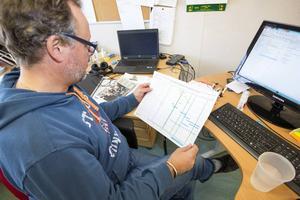 Byggtecs platschef Tommy Rickardt håller tidplanen i säker hand, både bildligt och bokstavligt.