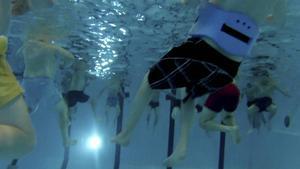 Det är tuff träning för Valrossarna som i en timme trampar vatten i den djupa delen av simbassängen på Paradiset.