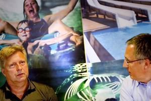 Peter Östlund tar fram 3D-modeller och ritningar över hur vattenrutschbanan ska se ut. Ibland får han bestämma allt, men ibland har arkitekten redan en idé om hur allt ska designas. Ofta finns byggnader och redan befintliga banor att ta hänsyn till. Ibland får kunden flera olika alternativ att välja bland.Peter Östlund, till vänster, designar vattenrutchbanor på   Hydro Sport Sweden AB. Företagets VD Thomas Lugnet, till höger, ansvarar för försäljning och administration.Egypten.
