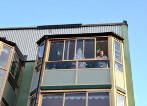 Berit Johansson bor högst upp i hyreshuset som nu saknar plåttak. Ovan kan man se en kantplåt som blivit kvar medan resten följde med när hela plåttaket blåste av.