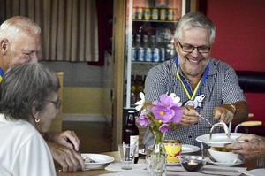 Surströmming anses av många vara en delikatess och äts vanligen med mandelpotatis, hackad lök, gräddfil och tunnbröd.–Den fyller munnen och ger en känsla av att hela kroppen äter, inte bara munnen, förklarar Bo Rudolfsson.
