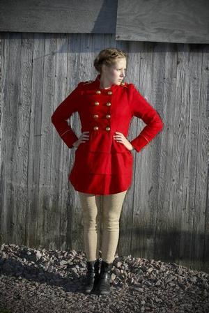 l Klarröd kappa med volanger och stora guldknappar, 599 kr från Gina Tricot. Guldleggings 199 kr från H&M.