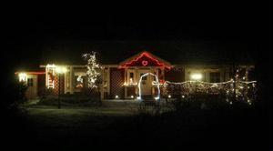 Ett hus med juleljus lyser upp i Ava, Tynderö.
