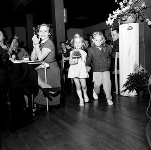 Även de små ska vara finklädda. Näpet, eller hur? Bilden är från 1953.