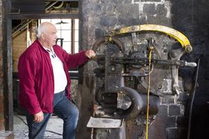 En av eldsjälarna. Lennart Källman från Ramnäs/Virsbos hembygdsförening som har renoverat klensmedjan i Ramnäs. På bilden syns smedjans fjäderhammare som nu åter fungerar.