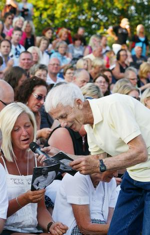 Arne Quick var premiärkvällens överraskningsartist. Tillsammans sjöng han Rosen med publiken. Vädergudarna var med på noterna men den stora frågan för arrangörerna var om 40 kronor i inträde var möjligt efter kvällarnas långa gratistradition.