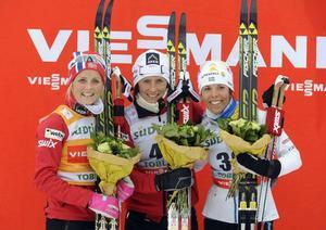 Therese Johaug, tvåa, Marit Björgen, segrare, och Charlotte Kalla, trea – där har ni pallen i dagens klassiska millopp i Toblach.
