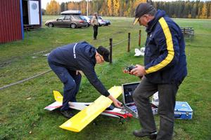Erik Persson och Ulf Höglin hjälps åt att förbereda ett av planen för start.