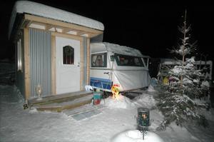 Julgranar, tomtar och lyktor lyser vid flera av husvagnarna. Många har också byggt upp rejäla skjul av trä eller plåt som de ställer sina vagnar intill.