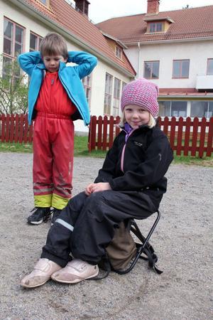 Lina Kvick, fem år, hade sin praktiska ryggsäck med inbyggd fällstol med. I bakgrunden syns Sietze van Egmont, fem år.