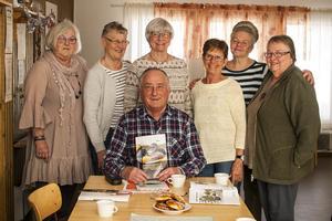 Gunnel Mattsson, Annge Brandén, Britt Sundgren, Ingrid Tjärnås, Ann-Marie Revelj och Sol-Britt Mill Mattsson tillsammans med kursledaren Jan-Eric Larsson.