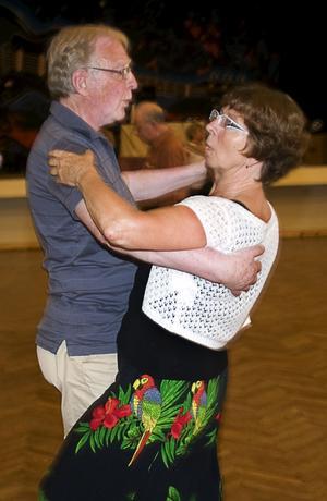 Birgitta Grahm, vice ordförande, dansar med maken Åke.