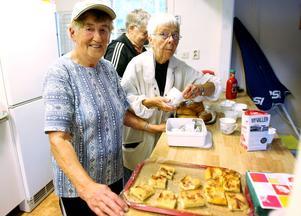 Gunvor Carlsson och Ingegerd Björklund var två av dem som serverade fika under avslutningen. Korv med bröd, kaffe och hembakt äppelkaka bjöds det på.