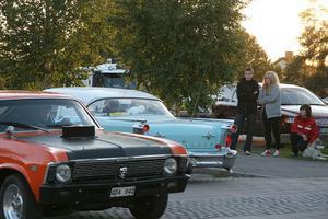 Det är alltid lika roligt att titta på bilarna. Här och där efter cruisingsträckan stod åskådarna.