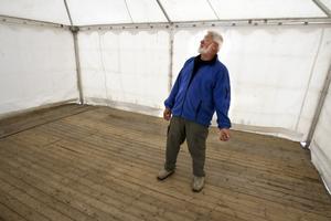 Här i tältet där strömmingen brukar säljas fanns i går på eftermiddagen inte en enda fisk. –Får vi ingen fisk vete fan vad som händer, säger Dick Henriksson.
