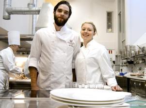 Kockar redo för scenen. Emil Bruhn och Lina Ahlin ska hålla matshower på Bo & Leva-mässan.