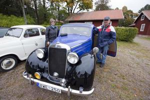 Marianne Norbäck och Ahle Norbäck var i Högbo med deras Mercedes Benz 170 S från 1950 under lördagen. Ahle Norbäck har lagt många timmar på att få bilen i fint skick. När han köpte den var det bara skrot under presenning.