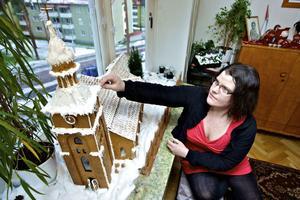 Helena Eklund med sin och sina systrars mästerverk - Kristine kyrka som pepparkakskyrka. Den tog tre dagar och nätter att bygga.
