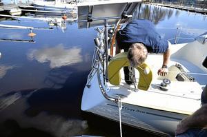 Var är kylvattnet? Leif Hallberg hade tur att de gamla båtägarna var på plats när det inte ville komma något kylvatten då han drog igång motorn.