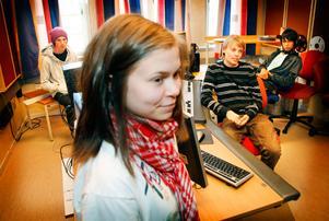 """Maria Månsson och klasskamraterna Ville Westermark, David Lundbäck och Thanakrit Kamon går första året på medieprogrammet på Jämtlands gymnasium. De vill helst gå ut från medieprogrammet och inte samhällsvetenskapligt program. """"Ändrar man inte lektionerna gör det kanske inte så mycket,"""" säger Ville Westermark."""