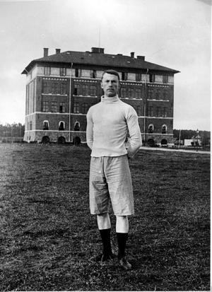 Isaac Westergren. Tävlade redan i Paris-OS 1900. Här poserar han dock utanför Borgarskolan.