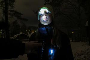 Agnes Käller, 7 år och från från Sandviken, blev lite skrämd men kunde också själv skrämmas –med hjälp av en ficklampa.